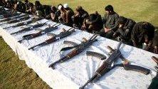 """Бивши членове на милициите предават оръжието си по време на церемония в Джалалабад, Афганистан. 180 членове на талибаните и """"Ислямска държава"""" се предадоха на 5 декември и получиха амнистия."""