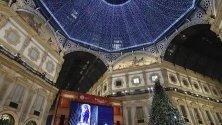 """Жители и гости на Милано наблюдават първото за сезона оперно представление в """"Ла Скала"""" на екрани на открито пред галерията """"Виторио Емануеле""""."""