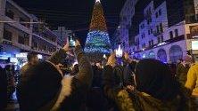 """Ливанци снимат запалването на светлините на коледната елха на площад """"Ал Нур"""" в Триполи. За първи път елха се издига в зона, която е доминирана от ислямските фундаменталисти."""