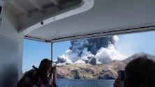 Турист снима изригващ вулкан в Нова Зеландия. Най-малко петима са загинали от изригванията.