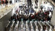 Жп служители дават съвети на пътници на жп гара в Париж по време на транспортна стачка.