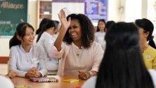 Бившата първа дама на САЩ Мишел Обама се среща с виетнамски ученици в провинция Лонг Ан. Обама е част от визита за промотиране на образованието сред момичетата.