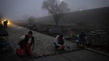 Работници се трудят по време на мъгла в Обилич, на 10 км от Прищина, Косово. Замърсяването в косовската столица през зимата, причинено от електроцентралата, задвижвана от въглища, достига индекс на качеството на въздуха 400 AQI.
