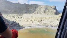 Кадри от хеликоптер на Белия остров в Нова Зеландия, посипан с вулканична пепел и лава от изригналия вулкан на 9 декември. Намаляват надеждите за откриване на оцелели, най-малко петима сазагинали, а осем са изчезналите.