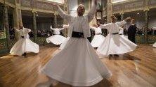 Дервиши изпълняват танца си по време на церемония за годишнината от смъртта на основателя на суфизма Мевлана Джалал Ал-Руми в Истанбул, Турция.