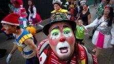 Хора на различни възрасти, работещи като клоуни, на шествие в Халиско, Мексико, по повод Националния ден на клоуна.