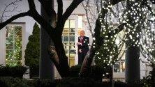 Президентът на САЩ Доналд Тръмп в Овалния кабинет в Белия дом преди да поеме към предизборен митинг.