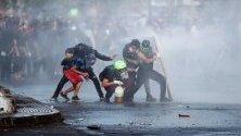 Сблъсъци между протестиращи и полиция в Сантяго, Чили. Серията антиправителствени протести в страната, при които има вече 24 загинали, бяха причинени от предложение за увеличаване на цените на билетите на метрото.