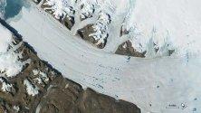 Сателитна снимка на НАСА показва топящи се ледове, образували езера в глетчера Петерман в Гренландия. Ново проучване показва нарастване на темпа на топене на ледовете в Гренландия.