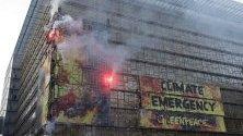 """Протест на """"Грийнпийс"""" за климата върху сградата на Европейскиясъвет в Брюксел преди срещата на върха днес и утре."""