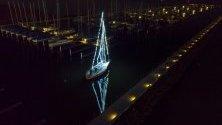 Осветена лодка в пристанището на езерото Балатон, Унгария. 10-метровата лодка е декорирана с 50 метра LED-светлини.