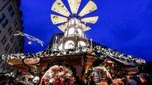 Хора край традиционна коледна дървена пирамида по време на Коледния базар в Дрезден, Германия.