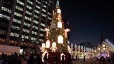 Хора се радват на коледната елха в Сеул, Южна Корея.