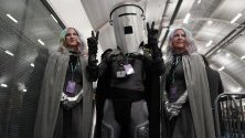 Независимият кандидат Граф Бинфейс пристига да гласува на изборите във Великобритания.