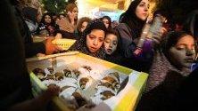 Вярващи получават безплатни сладкиши по време на сутрешните молитви пред джамията Ибрахими, известна и като Гробницата на патриарсите, в Хеброн, Западния бряг.
