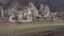"""Язовир """"Цонево"""" пресъхва. Скалният феномен Чудните скали, останаха на сухо."""