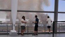 Зрители наблюдават горски пожари край крикет стадион в Пърт, Австралия.