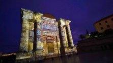Светлинно шоу върху Триумфалната арка в Кордоба, Испания, по повод 25-тата годишнина от избора на града като световно културно наследство.
