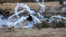 Палестинци в сблъсък с израелските части на границата в Ивицата Газа.