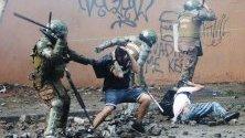 Сблъсъци между протестиращи и полиция по време на протест в Сантяго, Чили, по повод осем седмици от началото на антиправителствените демонстрации.