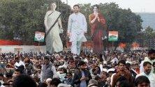 Плакати на членовете на партията Индийски национален конгрес Приянка Ганди, Соня Ганди и Рахул Ганди по време на антиправителствен протест в Делхи.