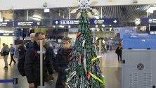 Коледна елха на летището във Вилнюс, декорирана с предмети, оставени по време на проверка на летището.