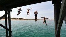 Гореща вълна е обхванала Австралия, температурите надвишават 40 градуса. Хора се радват на водата в Аделаида.