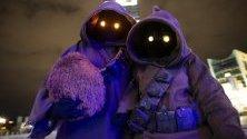 """Облечени като герои от """"Междузвездни войни"""" фенове пристигат за прожектирането на последния епизод от сагата в Кьолн, Германия. Прожекциите започват от днес по целия свят."""