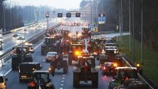 Фермери са блокирали главен път с тракторите си край Уитгеест, Холандия. Холандският сенат одобри нови мерки за ограничаване на употребата на азот, което ще засегне отглеждането на добитък.