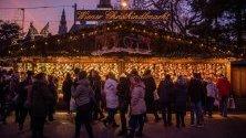 Посетители из коледен базар на Ратхаусплац във Виена, Австрия.