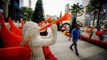 Коледна декорация пред офис сграда в Банкок, Тайланд.