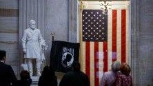 Туристи се разхождат из Конгреса на САЩ във Вашингтон докато в Сената тече гласуването на импийчмънта на президента Доналд Тръмп.