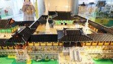 Макет на древен будистки храм, направен от Лего части, е показан на изложба на Асоциацията на корейските лего потребители в Сеул, Южна Корея.