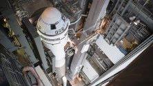 """Ракетата """"Атлас V"""" с космическия кораб на Боинг Starliner преди да бъде разположена на стартовата площадка на Кейп Канаверал във Флорида, САЩ."""