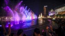 Мултимедийно водно шоу по време на коледно светлинно шоу в търговски център в Банкок, Тайланд, което продължава до 5 януари.