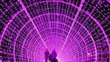 Хора се разхождат из 50-метров тунел от LED-светлини на коледния базар във Вевей, Швейцария.