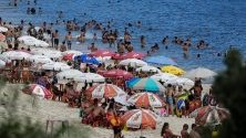 Туристи и местни се радват на първите летни дни на плаж край Рио де Жанейро, Бразилия.