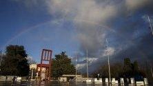 """Дъга над """"Счупения стол"""" - инсталация, разположена пред централата на ООН в Женева, Швейцария."""