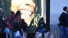 Пазаруващи по Оксфорд стрийт в Лондон правят покупки в последния момент преди Коледа.