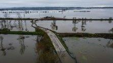 Прелялата река Мондего край Монтемор-о-Вельо, Португалия, причинена от дъждове от бурите Елза и Фабиен.