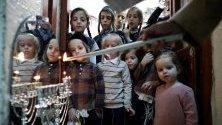 Ортодоксални евреи палят свещи Ханука в дома си в Ерусалим. Ханука, известна като Празника на светлините, е един от най-важните еврейски празници. Тази година той започна на 22 декември и ще приключи вечерта на 30 декември.
