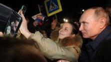 Жена си прави селфи с президента на Русия Владимир Путин по време на посещението му в село Енем, Република Адигея.