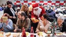 """Благотворителен обяд, организиран от """"Каритас"""" в полския град Люблин, за над 500 души - бездомни, самотни, възрастни, в неравностойно положение."""