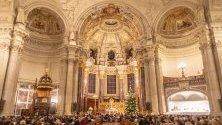 Хора присъстват на Рождественска служба в Берлинската катедрала.