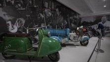 """Изложба на съветски скутери и мотори, произведени от """"Измаш"""". Изложена в Третяковската галерия в Москва тя показва развитието на руското индустриално производство от 50-те години."""