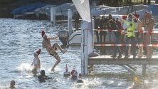 Участници в ежегодното зимно плуване скачат в езерото Лугано в Парадисо, Швейцария.