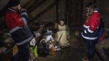 Работници от унгарска благотворителна организация посещават бездомник в Будапеща по време на празниците.