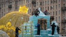 Творци правят ледени скулптури по време на фестивал в Москва за настъпването на Новата година.
