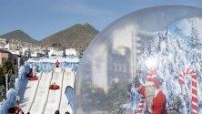 Надуваема топка с Дядо Коледа вътре украсява улиците на Санта Крус де Тенерифе, Канарските острови. Температурите там достигат 25 градуса.