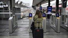 Пътничка на жп гара в Париж по време на транспортна стачка, която продължава 25-и ден.